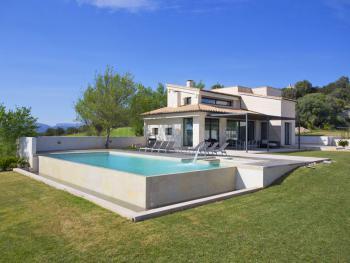 Moderne Villa mit Pool und Klimaanlage