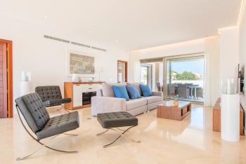 Modern und komfortabel möbliertes Wohnzimmer