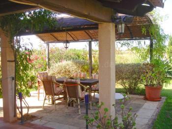 Terrasse im Garten mit Essplatz