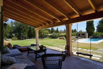 Überdachte und möblierte Terrasse (ca. 100 qm)