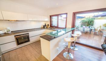 Moderne, offene Küche mit Ausgang zum