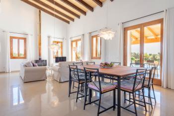 Wohnbereich mit Klimaanlage und Kaminofen