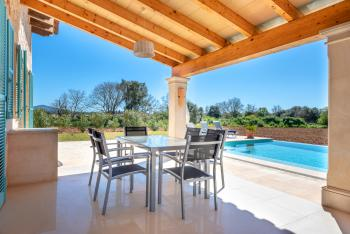 Sonnengeschützte Terrasse mit Essplatz