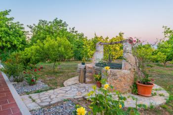 schönem Garten und gesichertem Brunnen