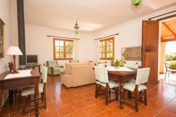 Wohnzimmer mit Essplatz und Sat-TV