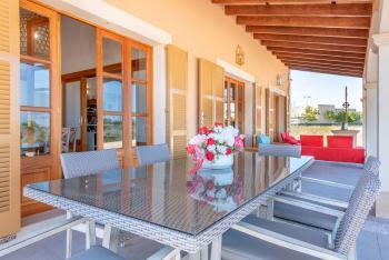 Terrasse mit Essplatz und Sitzgruppe