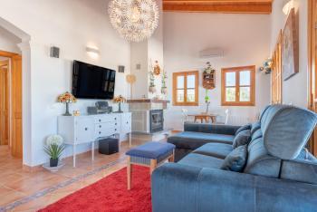 Wohnzimmer mit Klimaanlage und Kaminofen