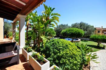 Ferienhaus mit Terrasse, Pool und Garten