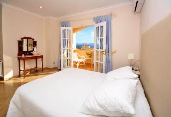 Schlafzimmer mit Balkon und Bad en Suite