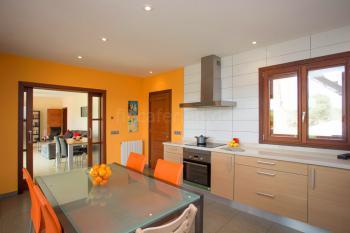 Küche und Wohnbereich mit Schiebetür