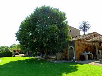 Finca mit mediterranem Garten
