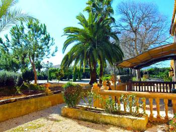 Überdachte Terrasse im mediterranen Garten