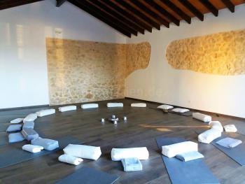 Großer Yogaraum für Yoga-Kurse
