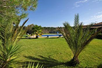 mit eingezäuntem Pool und Garten