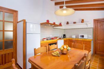 Küche mit Essplatz und Geschirrspüler