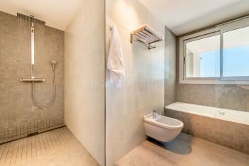 Bad en Suite mit Dusche und Wanne
