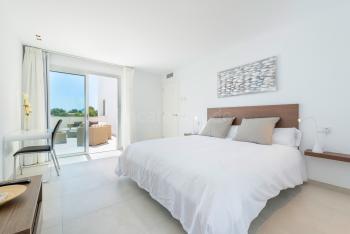 Schlafzimmer mit großem Bad en Suite