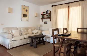 Gemütliche Couch und Essplatz
