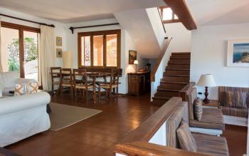 Wohnbereich mit Sitzecke am Kamin