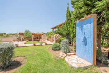 Garten und Außendusche am Pool