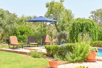 Sonnenterrasse und Pool im Garten