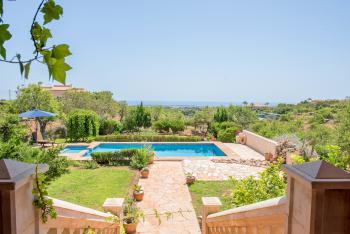Ferienhaus mit Pool, Garten und Meerblick