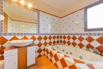 Badezimmer mit Wanne (Whirlpool-Funktion)