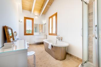 Badezimmer mit Jacuzzi und Dusche