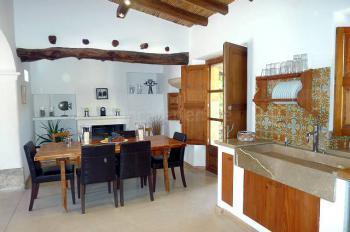 Moderne Küche mit Essplatz und Kamin