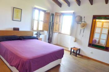 Schlafzimmer mit TV und Duschbad en Suite