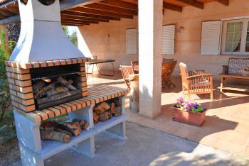 Überdachte Terrasse mit Grill und