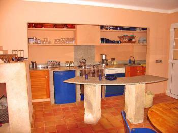 Zum Salon offene Küche