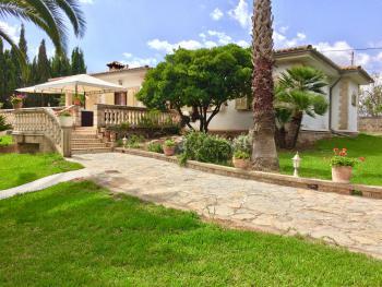 Ferienhaus mit Pool, Garten und Zentralheizung