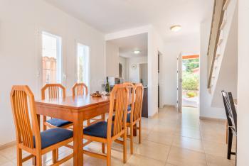 Essplatz im Wohnzimmer mit Klimaanlage