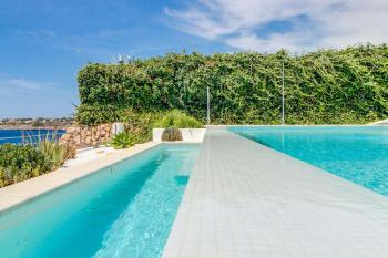 Relaxen im Pool und Meerblick genießen