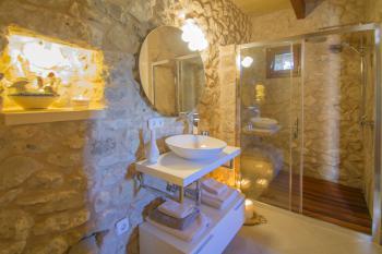 Modernes Duschbad mit Natursteinwänden