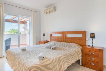 Schlafzimmer mit Klimaanlage, Balkon
