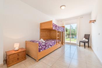 Offenes Zimmer mit Etagenbett