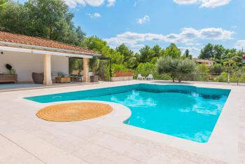 Pool und großzügige Terrasse