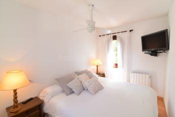 Schlafzimmer mit Sat-TV und