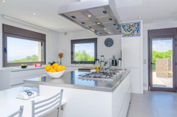 Moderne Küche mit Kochinsel, Gasherd,