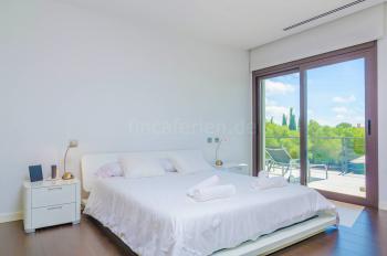 Schlafzimmer mit Ausgang zur Terrasse,