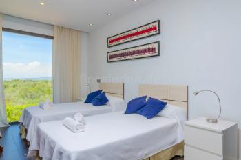 2 Einzelbetten im großen Schlafzimmer
