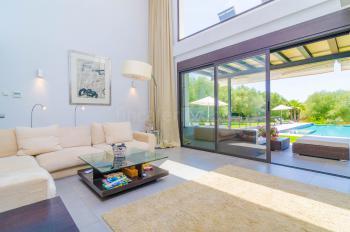 Heller Wohnbereich mit großer Fensterfront