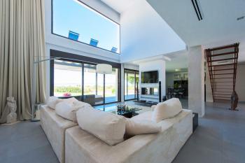 Großes Wohn- und Esszimmer mit Klimaanlage