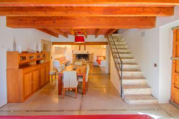 Wohn- und Esszimmer mit offenem Kamin