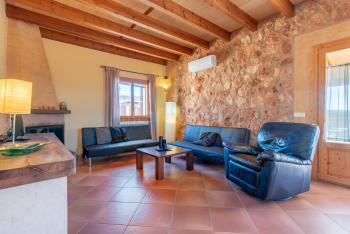 Wohnzimmer mit Kaminofen und Heizung