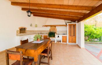 Überdachte Außenküche mit Essplatz
