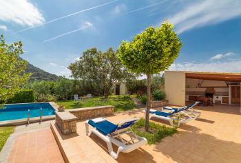 Pool, Sonnenterrasse und Außenküche
