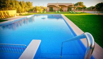 Großer Pool mit angrenzenden Liegeflächen